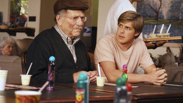 Dell (Chris Lowell, r.) befürchtet, dass sein Großvater (George Segal, l.) im...