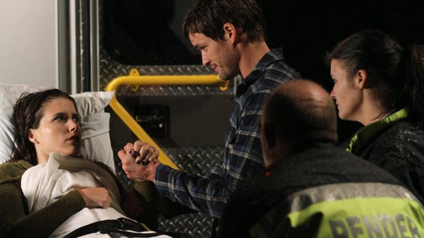 Nach einem Unfall schwebt Brooke (Sophia Bush, l.) in Lebensgefahr und Julian...