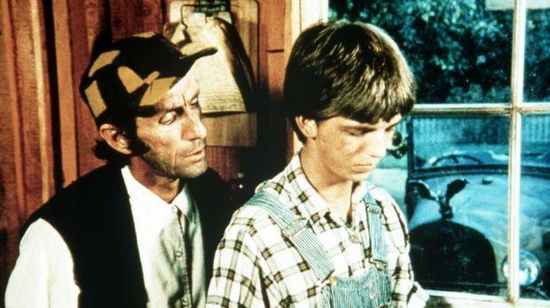 Jim Bob Walton (David W. Harper, r.) und sein Freund Yancy Tucker (Robert Don...