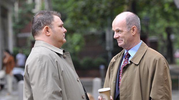 Det. Nick Vera (Jeremy Ratchford, l.) schildert Lt. John Stillman (John Finn,...