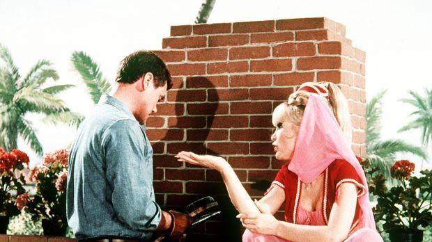 Jeannie (Barbara Eden, r.) und Tony (Larry Hagman, l.) beratschlagen, wie sie...