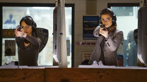 Zusammen mit der neuen Kollegin will Kate (Stana Katic, r.) zum Schießstand....