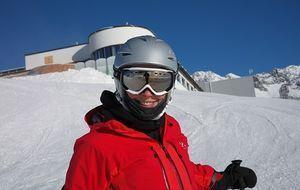 Skifahrer mit Helm