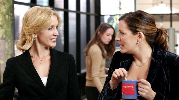 Lynette (Felicity Huffman, l.) stört sich an Ninas (Joely Fisher, r.) Umgang...