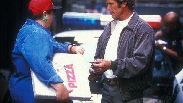 Steve (Barry Van Dyke, r.) erfährt von der Pizzalieferantin (Jan Hoag, l.), d...