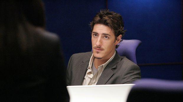 Die Konzentration auf die Abeit fällt ihm schwer, denn Milo Pressman (Eric Ba...