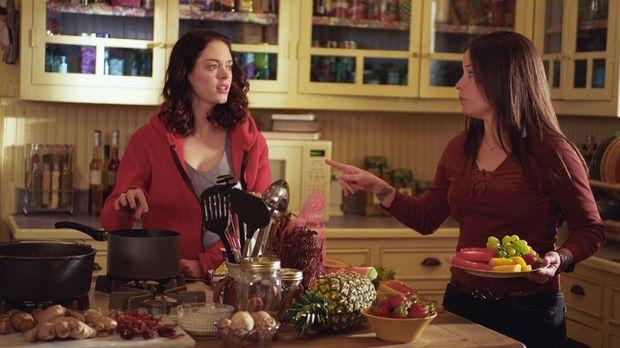 In der Küche unterhalten sich Piper (Holly Marie Combs, r.) und Paige (Rose M...