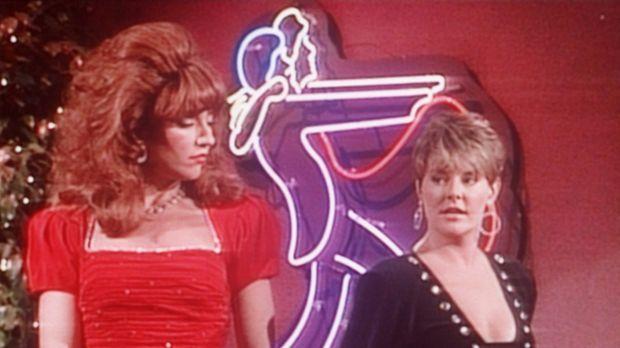 Peggy (Katey Sagal, l.) und Marcy (Amanda Bearse, r.) genehmigen sich einen D...
