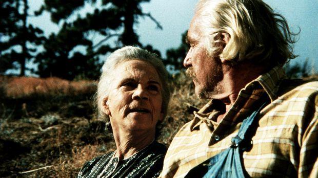 Großvater Sam (Will Geer, r.) und Großmutter Ester (Ellen Corby, l.) feiern i...