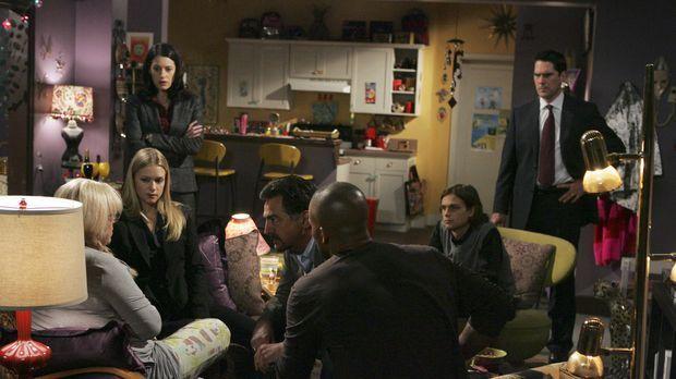 Penelope Garcia (Kirsten Vangsness, l.) wird in einer Notoperation gerettet....