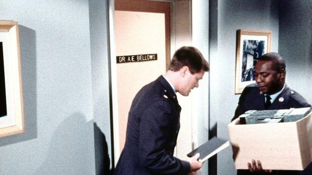 Tony (Larry Hagman, l.) will mit dem Psychiater Dr. Bellows (Hayden Rorke, r....