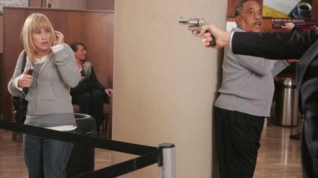 Einer der Täter zwingt Allison Dubois (Patricia Arquette, l.), sich auf den B...