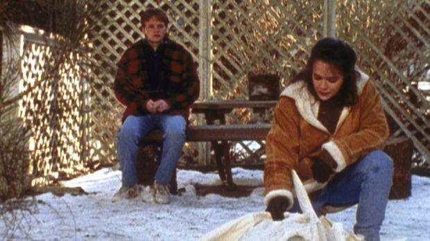Howie (Neil Patrick, l.) und seine Schwester Sheila (Christine Hirt, r.) begu...