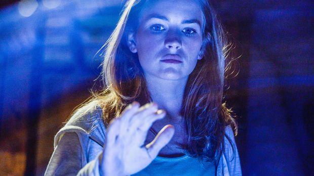Erleidet einen unerklärlichen Anfall: Angie (Britt Robertson) ... © 2013 CBS...