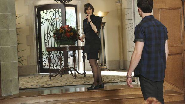 Schnell wird Ethan (Colin Woodell, r.) klar, dass Opal (Joanna Adler, l.) ein...