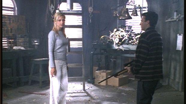 Buffy (Sarah Michelle Gellar, l.) stellt den vermeintlichen Massenmörder Jona...