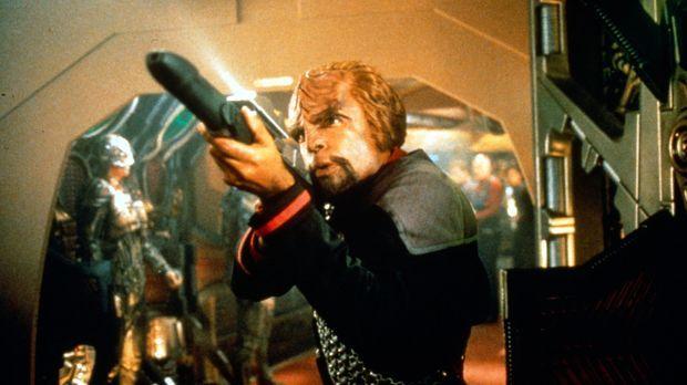 Worf (Michael Dorn) kämpft verbissen um sein Leben, während Cochrane und Rike...