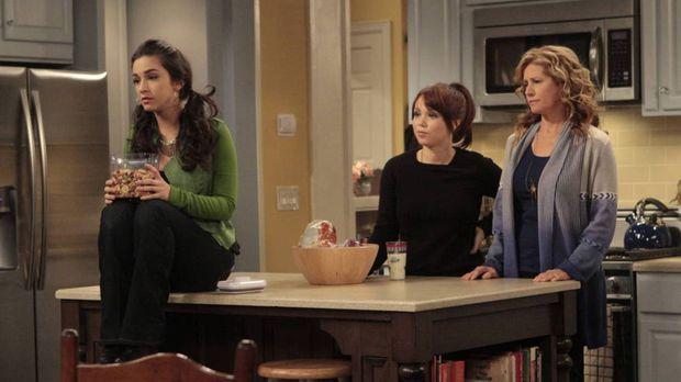 Mandy (Molly Ephraim, l.) und Kristin (Amanda Fuller, M.) machen sich Sorgen...