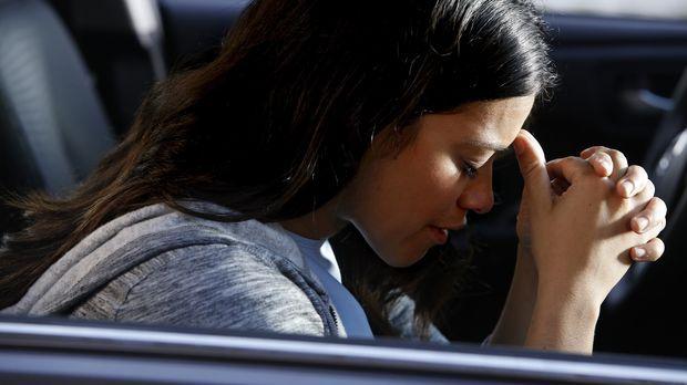 Ist verzweifelt als sie erfährt, dass ihr Sohn entführt wurde: Jane (Gina Rod...