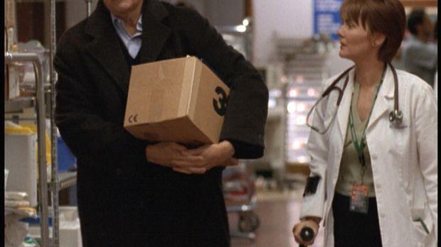 Dr. Weaver (Laura Innes, r.) geht es sehr nahe, dass ihr ehemaliger Professor...