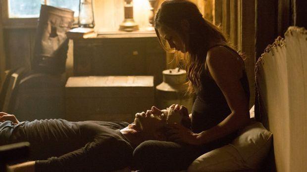 Hayley kümmert sich um Elijah
