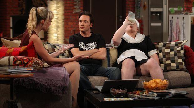 Nina (Sandra Koltai, l.) gibt Bully (Michael Bully Herbig, M.) einen scheinba...