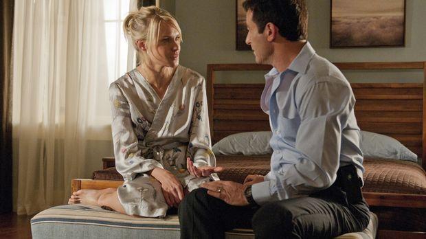 Michael (Jason Isaacs, r.) verpasst eine Trauerfeier für seinen Sohn, weil er...