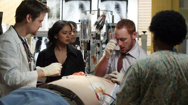Im Einsatz um Leben zu retten: Neela (Parminder Nagra, M.), Ray (Shane West,...