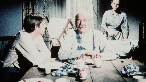 John-Boy (Richard Thomas, l.) erklärt Großvater (Will Geer, M.) und Großmutte...