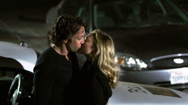 Nach seiner Rettung fällt eine überglückliche Beth (Sophia Myles, r.) Mick (A...