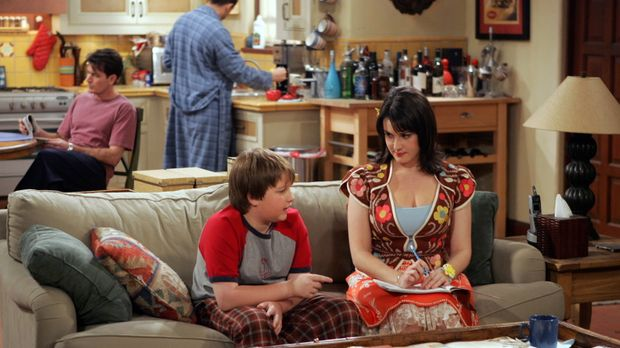 Rose (Melanie Lynskey, vorne r.) verabschiedet sich von Jake (Angus T. Jones,...