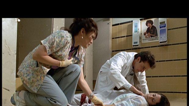 Dr. Carter (Noah Wyle, r.) kümmert sich um die schwangere Noni (Kimberly McCu...