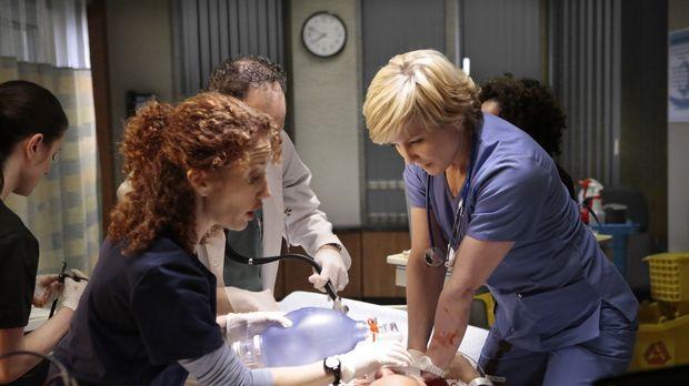 Linda (Amy Carlson, r.) versucht einen Angeschossenen wiederzubeleben. Kurz b...