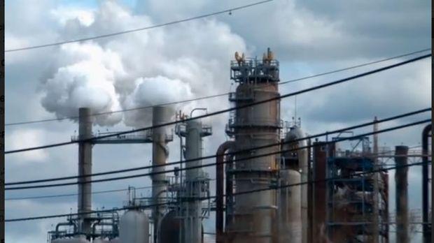 Horror-Szenario: Eine Öl-Raffinerie in Utah bricht aus, sendet Schockwellen d...