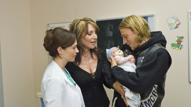 Gemma (Katey Sagal, M.) begleitet Jax (Charlie Hunnam, r.) ins Krankenhaus, w...