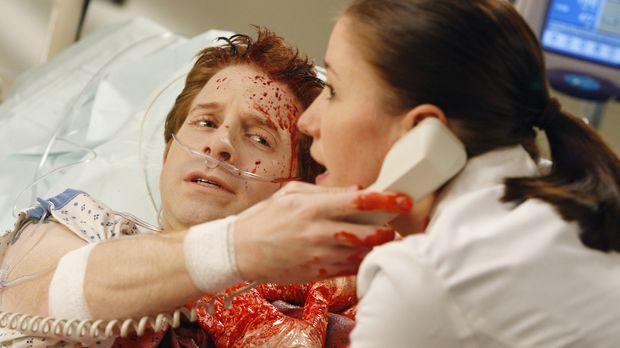 Lexie (Chyler Leigh, r.) kann Nicks Blutung zwar notdürftig stoppen. Mit Nick...
