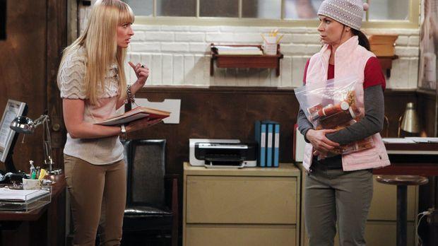Während es für Caroline (Beth Behrs, l.) nach wie vor schwierig ist, Nicolas...