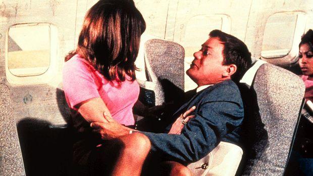 Während eines Fluges wird Tony (Larry Hagman, r.) von der hübschen Valerie (S...