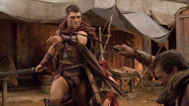 Gerät in einen Hinterhalt: Spartacus (Liam McIntyre) ... © 2011 Starz Enterta...