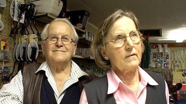 Das 80-jährige Ehepaar Spahr geht in die wohlverdiente Rente und gibt den Fah...
