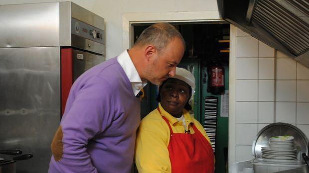 Frank Rosin (l.) schaut Cassita (r.) bei der Arbeit über die Schulter. © kabe...