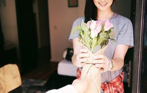 Blumengeschenk-Frau