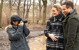 Jannick (Mike Adler, r.) und Maja (Barbara Lanz, M.) mit einem unbekannten Ju...