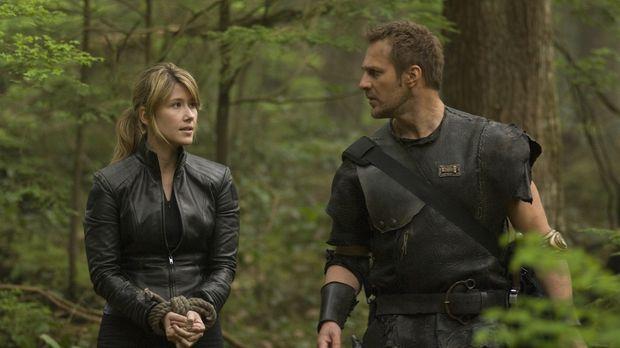 Warum entführt Kiryk (Mike Dopud, r.) Dr. Keller (Jewel Staite, l.) wirklich?...