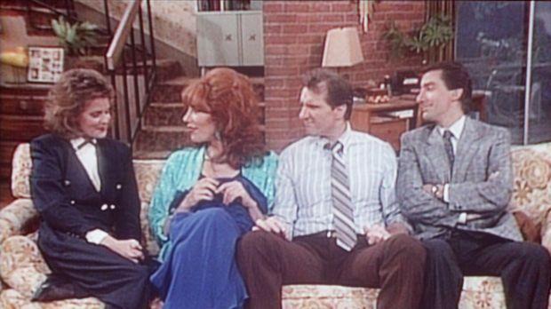 Al (Ed O'Neill, 2.v.r.) und Peggy (Katey Sagal, 2.v.l.) erzählen Marcy (Amand...