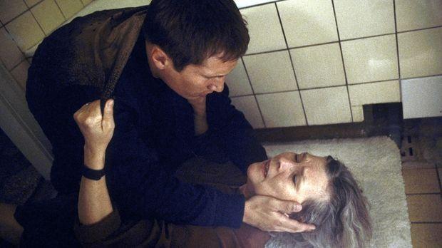 Eines Tages erhält Lars (Benno Fürmann, l.) überraschend einen verwirrenden A...