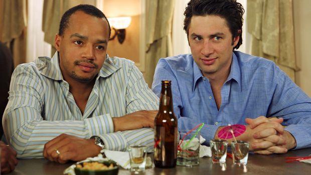 J.D. (Zach Braff, r.) begleitet Turk (Donald Faison, l.) zu einer Chirurgen-T...