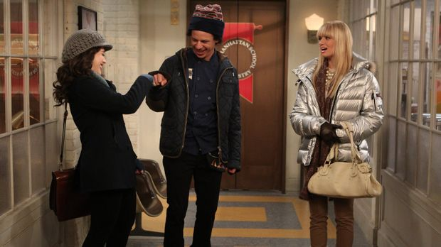 Während Max (Kat Dennings, l.) feststellt, dass sie mit ihrem Übungspartner D...
