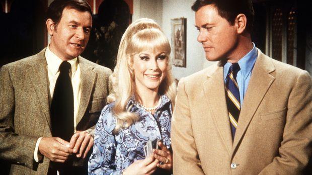 Roger (Bill Daily, l.) und Tony (Larry Hagman, r.) erwarten mit Jeannie (Barb...