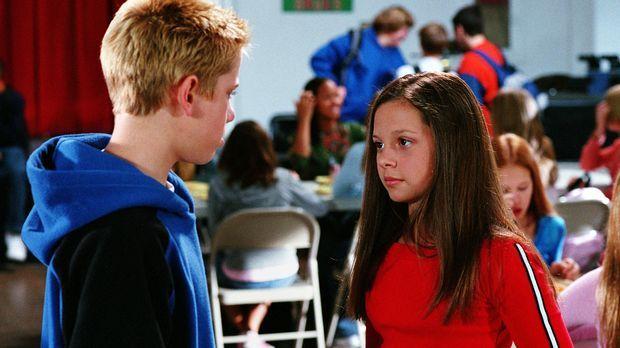 Peter (Scotty Leavenworth, l.) bietet Ruthie (Mackenzie Rosman, r.) an, ein S...